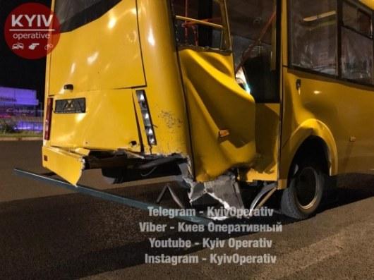 ВКиеве такси Uber врезалось вмаршрутку иостановку: есть пострадавшие